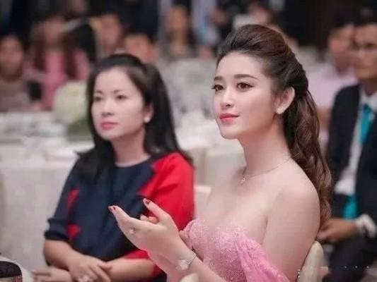 气质优雅美艳不可方物的越南的小姐